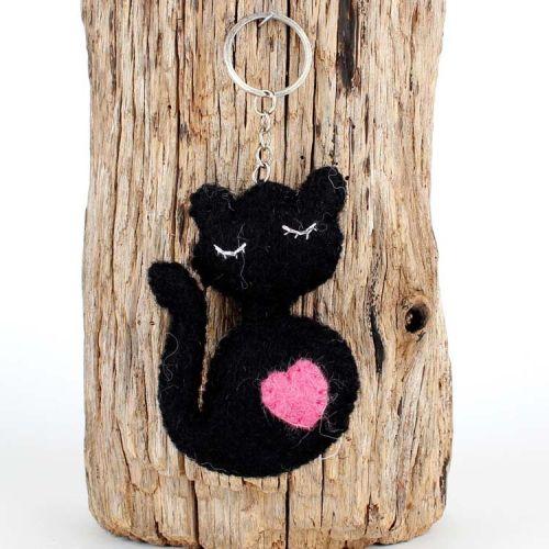 Vilten sleutelhanger- poesje zwart met roze hartje 9cm
