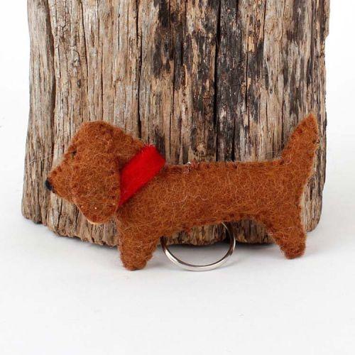 Vilten sleutelhanger - teckel bruin met belletje 10cm